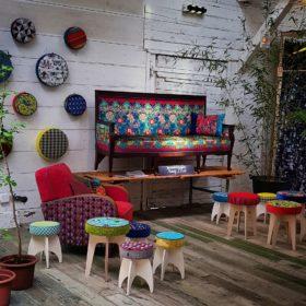 Wauw-Festival 2019, Innendekoration Monig Z'Rotz präsentiert Hocker, Sessel, Sofas in freischem Design, alles in eigener Werkstatt gepolstert