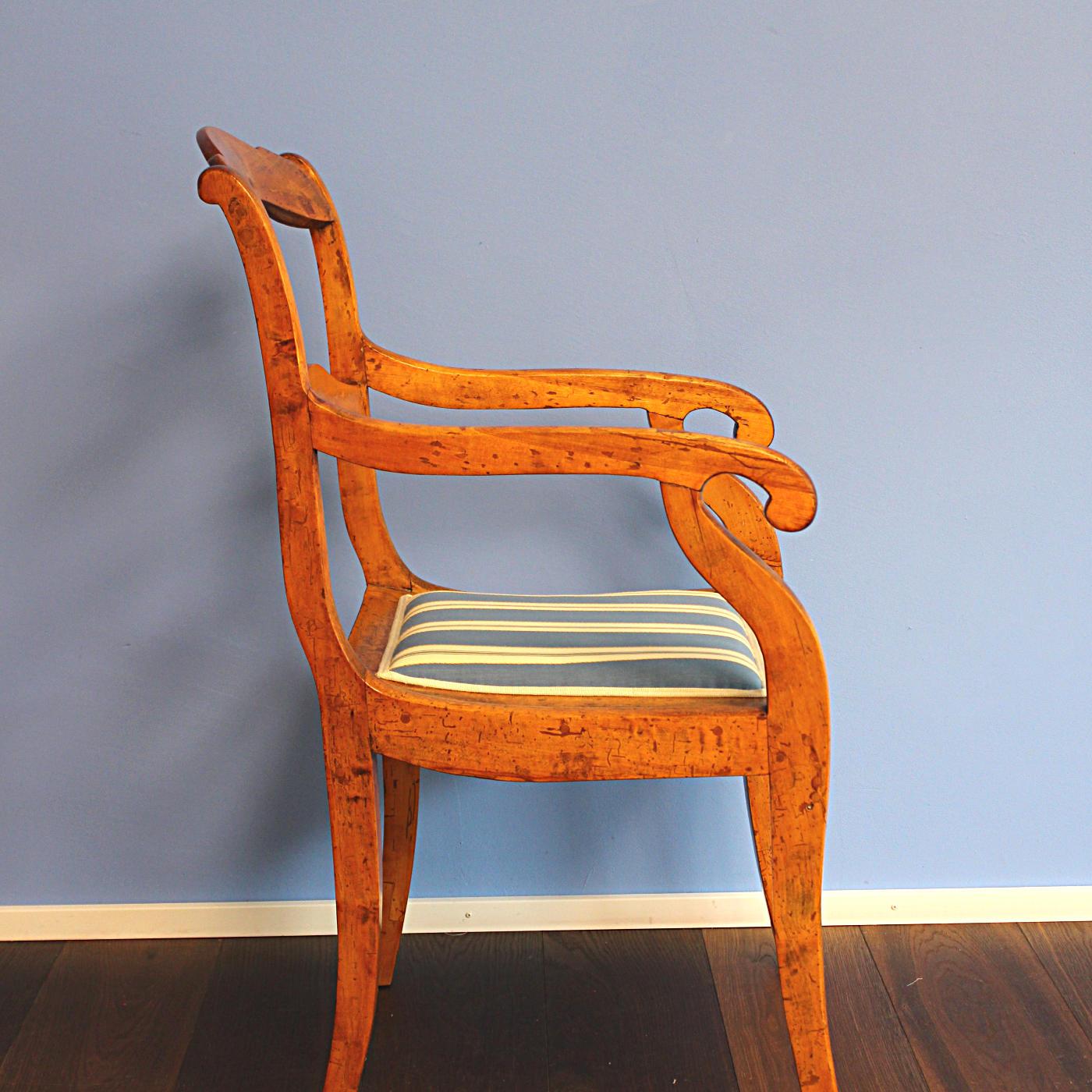Einfache Holzstühle mit Flachpolster in neuen Farben - Monig Z\'Rotz